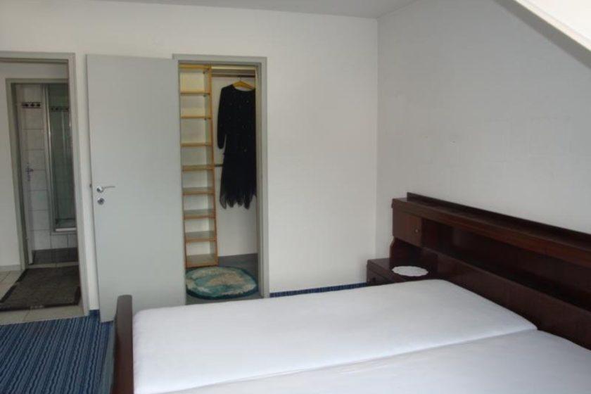 Schlafzimmer mit begehbarem S